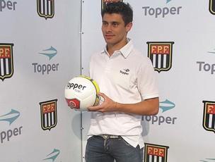 Jogador Alex com a Bola do Paulistão 2012 (Foto: Wagner Eufrosino)
