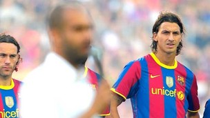 Ibrahimovic observando Pep Guardiola no Barcelona (Foto: AFP)