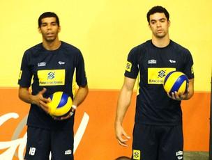 Wallace Souza e Theo no treino da Seleção de vôlei (Foto: Helena Rebello / Globoesporte.com)