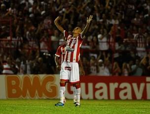Derley, do Náutico, comemora gol contra o Barueri (Foto: Antônio Carneiro)