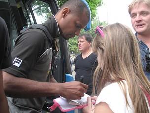 Jefferson do Botafogo dá autógrafo na entrada do ônibus (Foto: Thales Soares / Globoesporte.com)