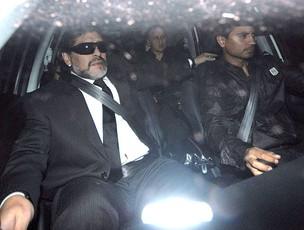 Maradona chegando ao funeral de sua mãe (Foto: EFE)