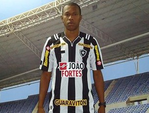 Brinner posa com a camisa do Botafogo (Foto: Divulgação/BFR)