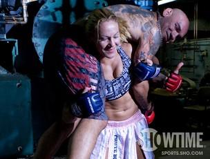 Cris Cyborg treinando com o marido (Foto: Divulgação / Showtime)