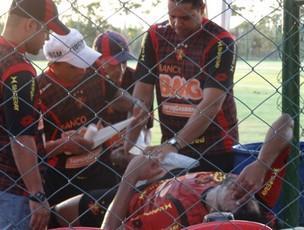 Willian Rocha deixa jogo treino com lesão no joelho direito (Foto: Lula Moraes / GloboEsporte.com)