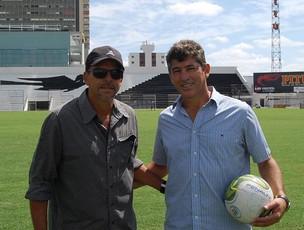 Alemão, técnico do Central, e Amarildo Amaral, gerente de futebol (Foto: Tiago Medeiros / GloboEsporte.com)