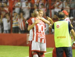 Cascata corre para comemorar o gol com Waldemar Lemos - Náutico (Foto: Aldo Carneiro)