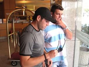 Rojas do Botafogo deixando o hotel (Foto: André Casado / Globoesporte.com)