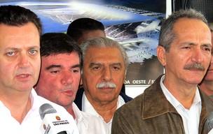 Aldo Rebelo, Ministro do Esporte, e Gilberto Kassab visitam as obras da Arena do Corinthians (Foto: Sergio Gandolphi / GLOBOESPORTE.COM)