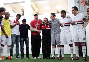 Rogério Ceni visita companheiros no vestiário (Foto: Divulgação - São Paulo Futebol Clube)