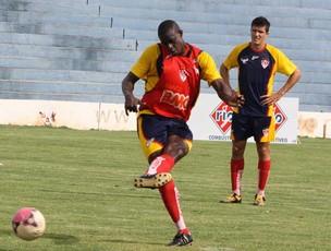 Clodoaldo já recebeu dois cartões amarelos (Foto: Enerson Cleiton/GLOBOESPORTE.COM)