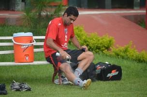 Atacante André Dias usa spray após treino no Botafogo-SP (Foto: Rafael Martinez / Assessoria BFC)