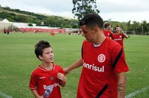 D'Alessandro fala com menino dirante treino (Foto: Diego Guichard / GLOBOESPORTE.COM)