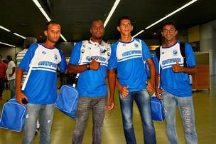Jogadores do Penarol chegam a Manaus felizes pela classificação na Copa do Brasil=15-03-2012 (Foto: Anderson Silva/Globoesporte.com)