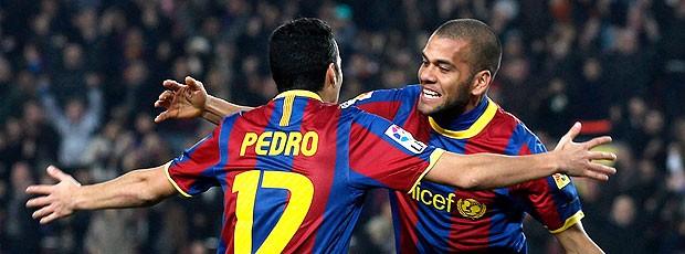 Pedro e Daniel Alves comemoram gol do Barcelona
