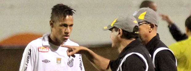 Muricy Ramalho conversa com Neymar no jogo do Santos contra o Americana (Foto: Futura Press)