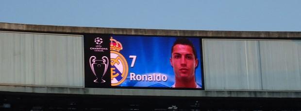 Telão do Bernabéu exibe as escalações com fotos: Cristiano Ronaldo foi o jogador mais aplaudido (Foto: Thiago Dias / Globoesporte.com)
