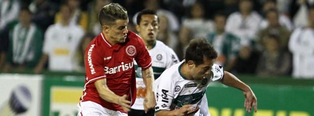 Everton Ribeiro d'alesandro coritiba x internacional (Foto: Agência Estado)