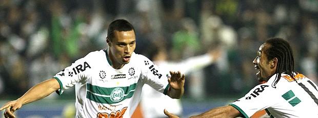 Emerson comemora gol do Coritiba contra o Figueirense (Foto: Ag. Estado)