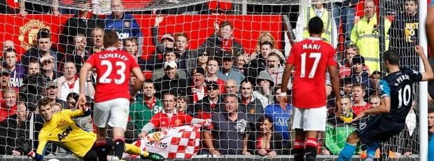 David De Gea cata penalti de Van Persie, Manchester United x Arsenal (Foto: Reuters)