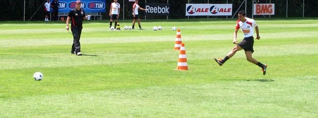 Leão observa chute de Cícero no treino desta quarta-feira (Foto: Marcelo Prado / GLOBOESPORTE.COM)