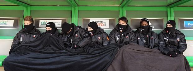 jogadores do Lorient no frio  (Foto: AFP)