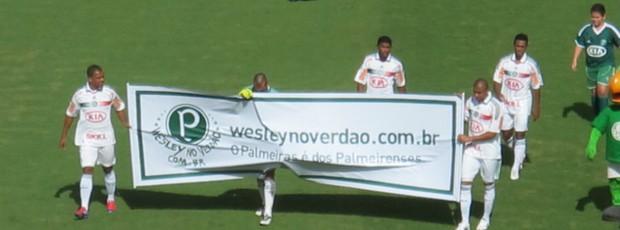 Jogadores do Palmeiras entram com faixa pedindo contratação de Wesley (Foto: Daniel Romeu / globoesporte.com)
