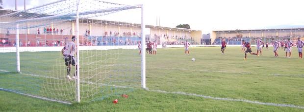 Wartley faz o gol do Campinense no empate em 1 a 1 contra o Auto Esporte (Foto: Renata Vasconcellos)