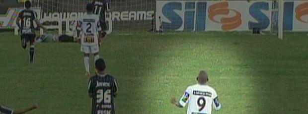 Bombinha aparece no centro do gramado batendo palmas após o gol do Corinthians (Foto: Reprodução EPTV)
