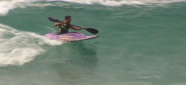 Felipe Kizu caiaque sobre as ondas (Foto: Reprodução SporTV)