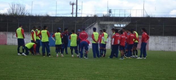 Grupo do Paraná Clube se reúne na VIla Olímpica (Foto: Fernando Freire/GLOBOESPORTE.COM)
