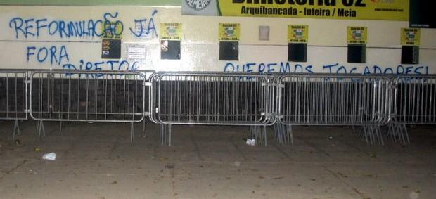 Muro do Palestra Itália é pichado pela torcida do Palmeiras (Foto: Marcelo Prado / Globoesporte.com)