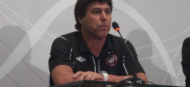 Juan Ramón Carrasco, técnico do Atlético-PR, em aprensetação (Foto: Fernando Freire/GLOBOESPORTE.COM)