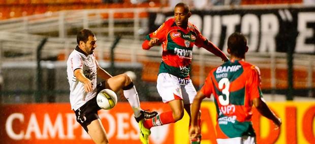 Danilo e Luis Ricardo, Corinthians x Portuguesa (Foto: Marcos Ribolli/Globoesporte.com)