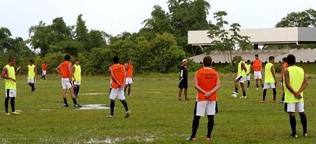 Com a chuva, Iane Flores aproveitou organizar o posicionamento dentro de campo (Foto: Frank Cunha/GLOBOESPORTE.COM)