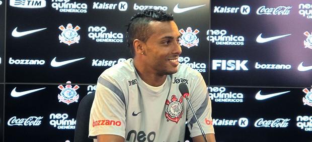 Elton na coletiva do Corinthians (Foto: Gustavo Serbonchini / Globoesporte.com)