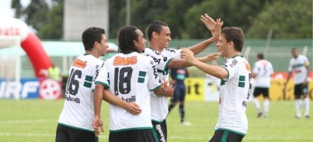 Emerson comemora com Everton Costa Lucas Mendes e Renan Oliveira gol do Coritiba (Foto: Divulgação / Coritiba)