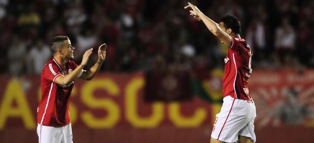 Leandro Damião e D'Alessandro comemoram o gol contra o Once Caldas (Foto: Alexandre Lops / Divulgação Inter)