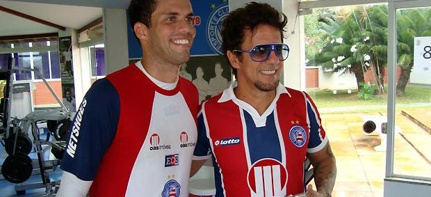 Cantor Tuca Fernandes posa para foto ao lado do goleiro Marcelo Lomba (Foto: Divulgação / EC Bahia)