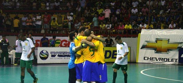Brasil comemora goleada sobre seleção sergipana (Foto: João Áquila (GLOBOESPORTE.COM))