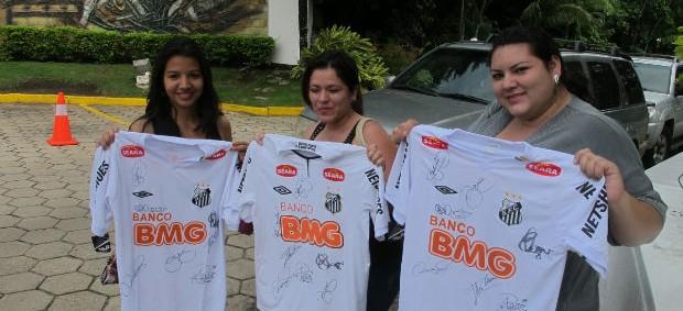 Torcedoras conseguem autógrafos de jogadores do Santos (Foto: Marcelo Hazan / Globoesporte.com)