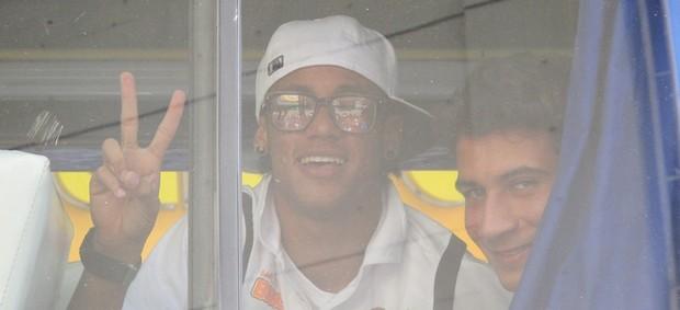 Neymar e Ganso, do Santos, chegam ao estádio em Hernando Siles, em La Paz (Foto: Marcelo Hazan / globoesporte.com)