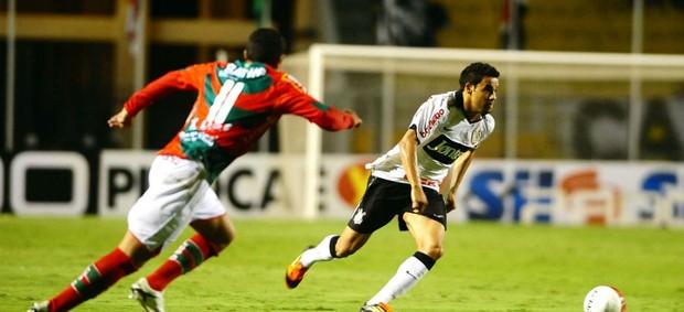 Weldinho, do Corinthians, carrega a bola frente a Wilson Júnior, da Portuguesa (Foto: Marcos Ribolli / globoesporte.com)