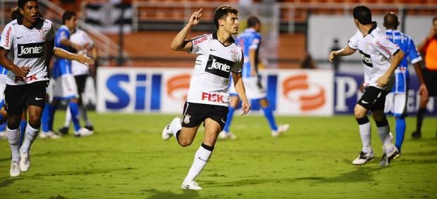 Alex chegou a comemorar o gol pelo Corinthians contra o Catanduvense (Foto: Marcos Ribolli / globoesporte.com)