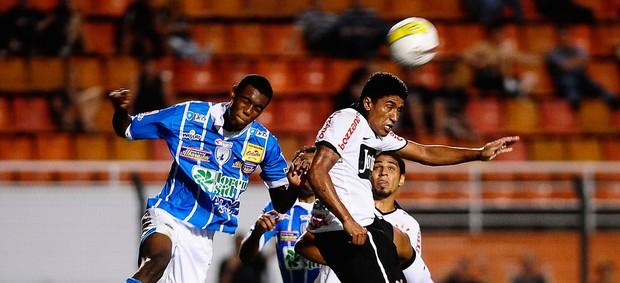Paulinho Corinthians x Catanduvense (Foto: Marcos Ribolli / Globoesporte.com)