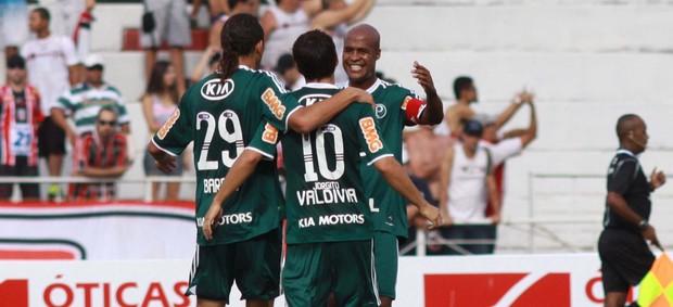Barcos Valdivia e Marcos Assunção gol palmeiras (Foto: Bê Caviquiol / Futura Press)