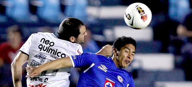 Danilo do Corinthians no jogo contra o Cruz Azul (Foto: Edgard Garrido / Reuters)