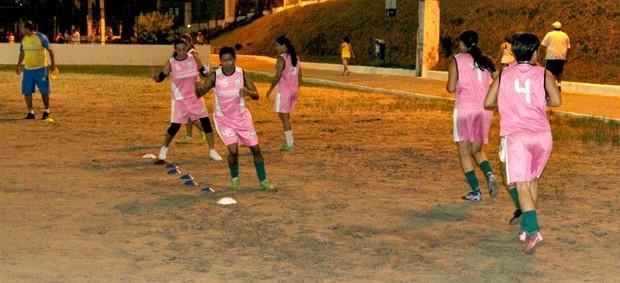 Técnico acerta os últimos detalhes antes do jogo de sábado (Foto: Frank Cunha/Globoesporte.com)
