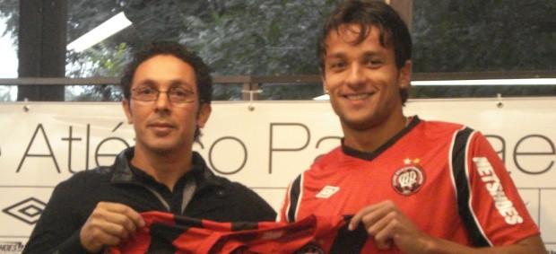 Gabriel Marques é apresentado pelo Atlético-PR (Foto: Fernando Freire/GLOBOESPORTE.COM)