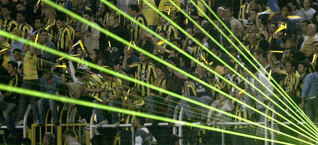 torcida do Fenerbahçe na partida (Foto: AFP)